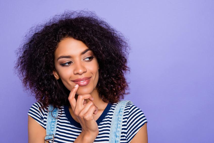 Eine Frau, die über Dating-Sites nach Ethnizität nachdenkt