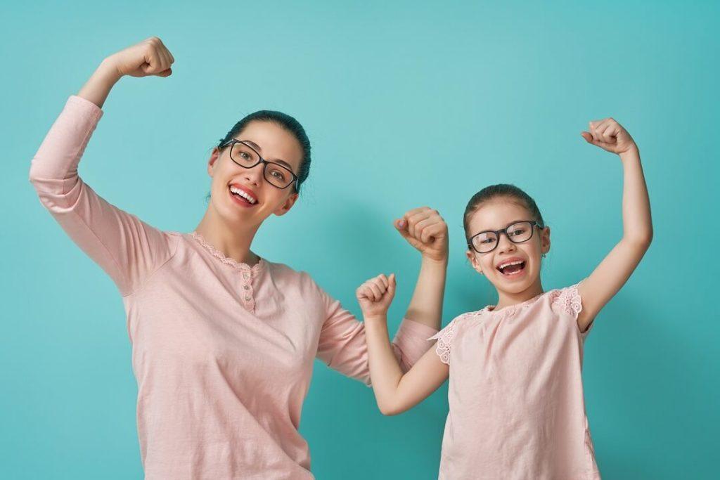 Mutter und Tochter in starker Pose für die Kamera