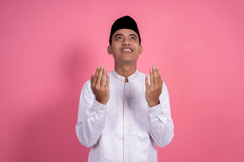 Religiöser Mann, der betend in den Himmel schaut