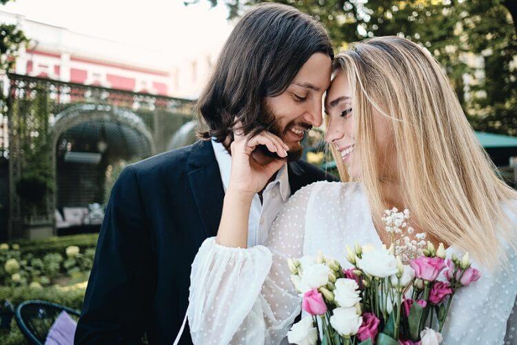 Schönes, junges Paar genießt christliche Dating-Erfahrung