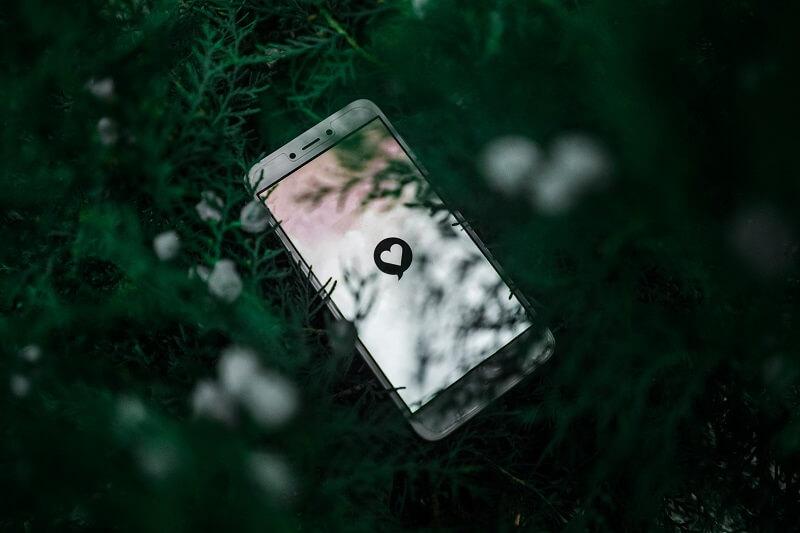 Smartphone zeigt ein Herz