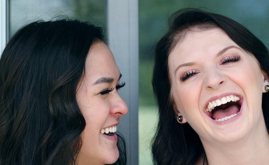 glückliches bi-Paar lachend