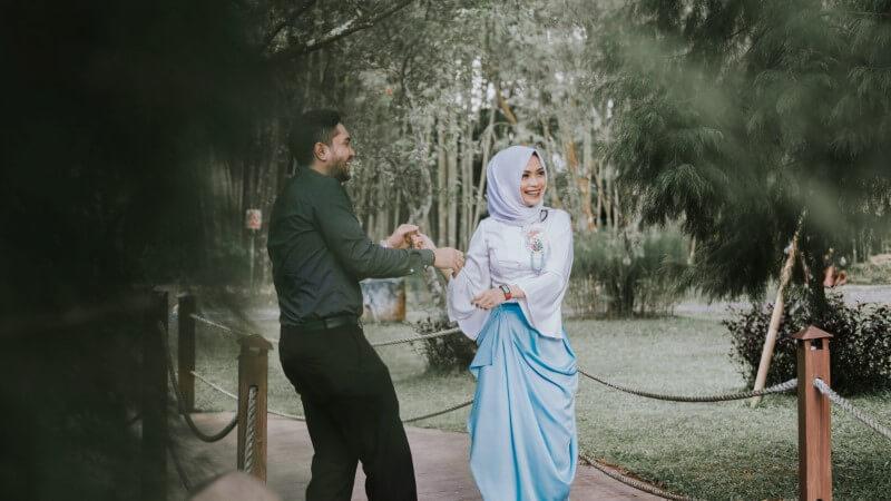 Muslimisches Paar bei Date im Park.