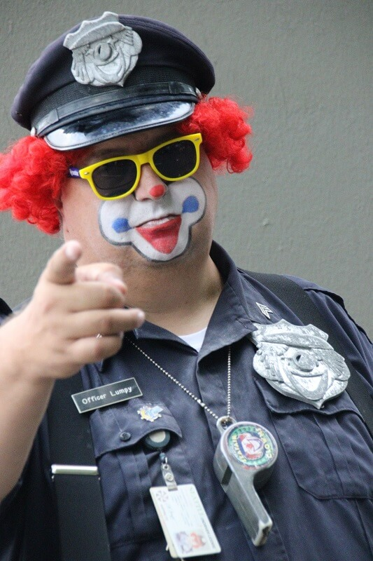 Clown ist als Polizist verkleidet
