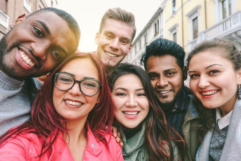multikulturelle Gruppe von Freunden schießen einen Selfie