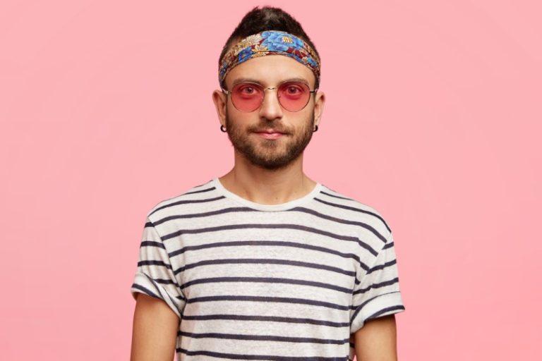 Hipster mit Stirnband und Sonnenbrille