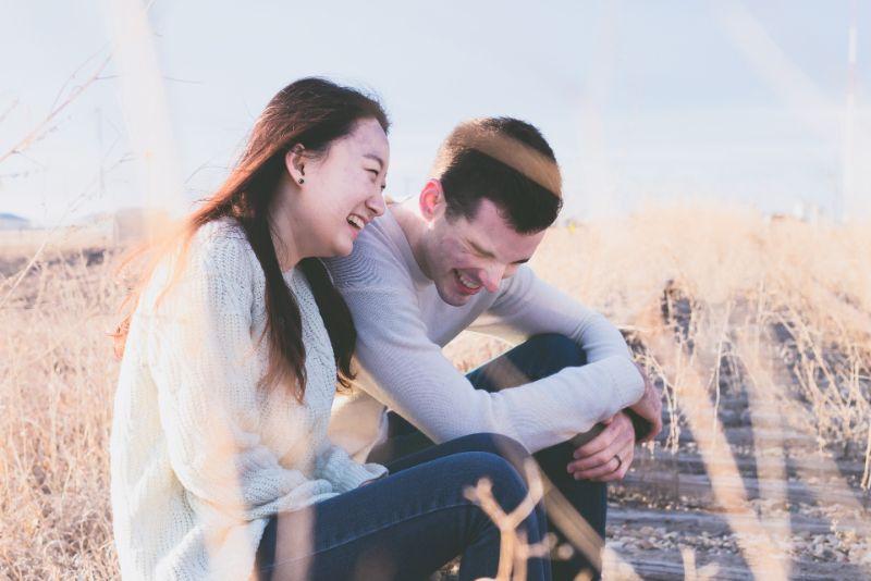Lachendes christliches Paar im Sitzen