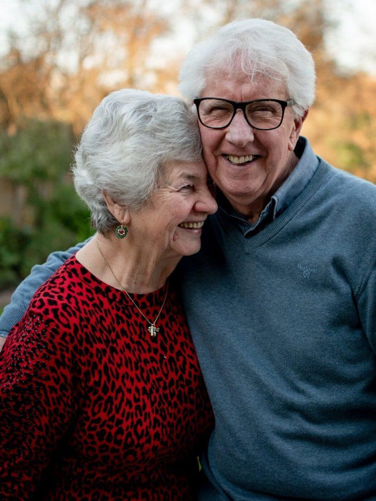 Älteres Paar lachend bei der Verwendung von Dating-Slang