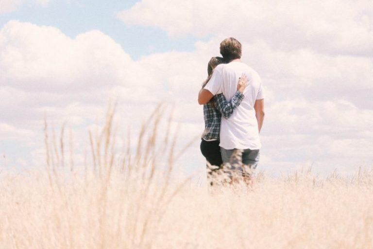 glückliches christliches Paar in einem Feld