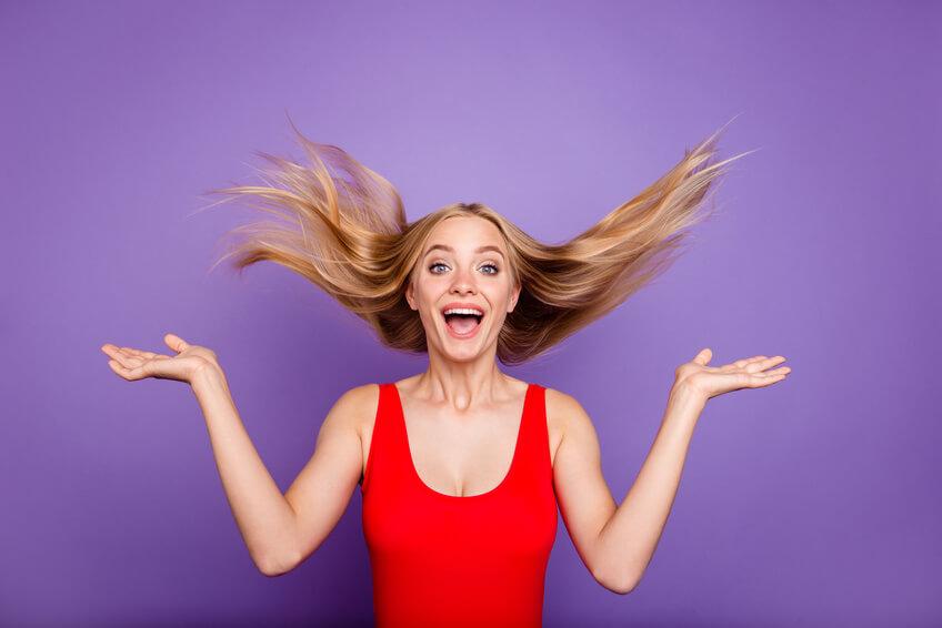 Osteuropäische Frau lacht und springt dabei
