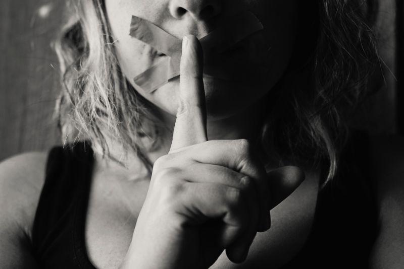 Zum Schweigen gebrachte Frau sagt, du sollst still sein