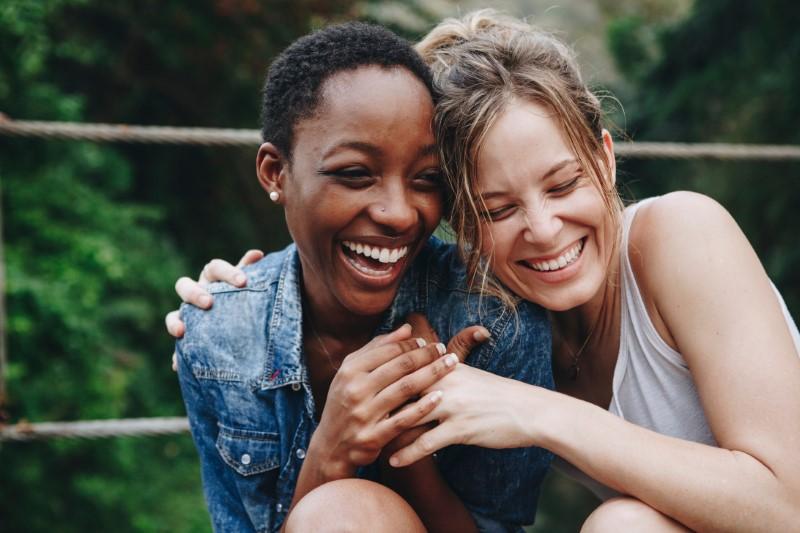 verliebte Frauen lachen