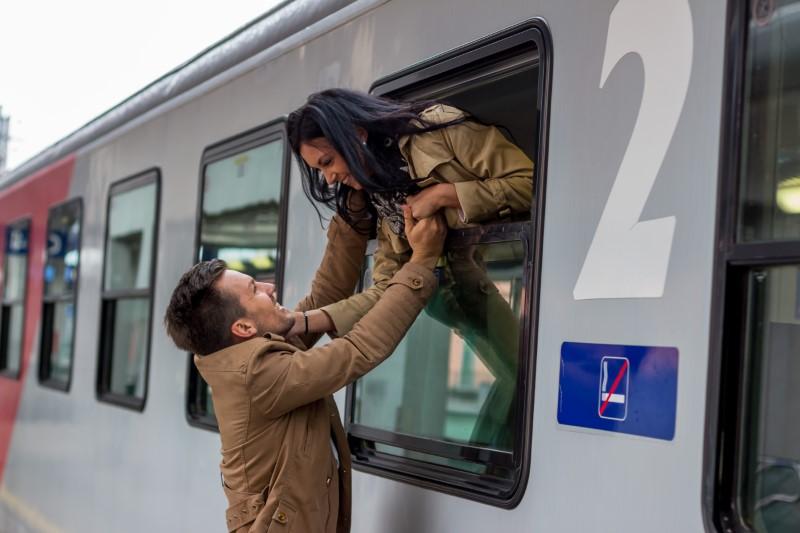 Zwei Ferndater treffen sich, während der eine im Zug sitzt
