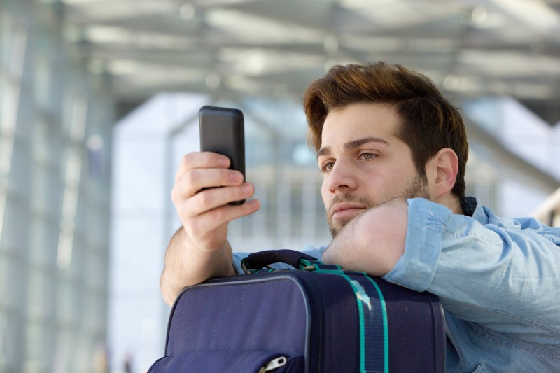 Mann schaut auf sein Telefon