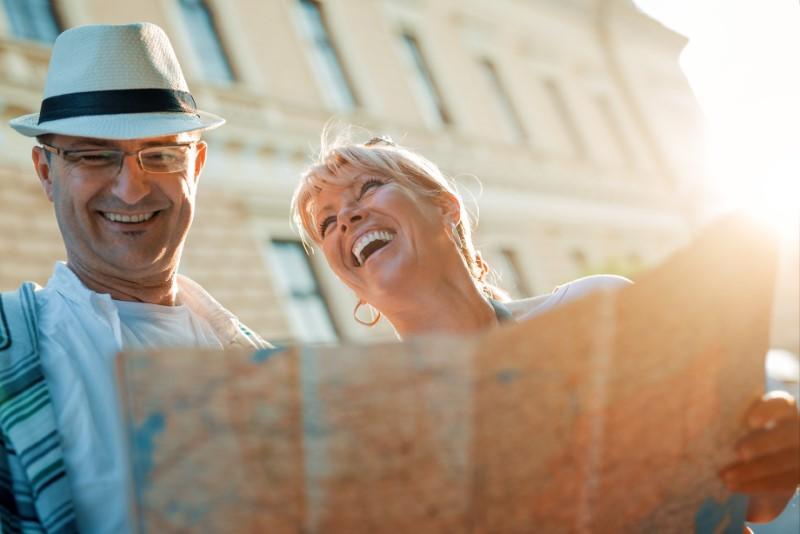 Mann und Frau treffen sich auf einer Städtereise