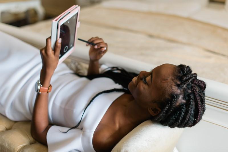 Frau die auf ihrem Tablet online dated