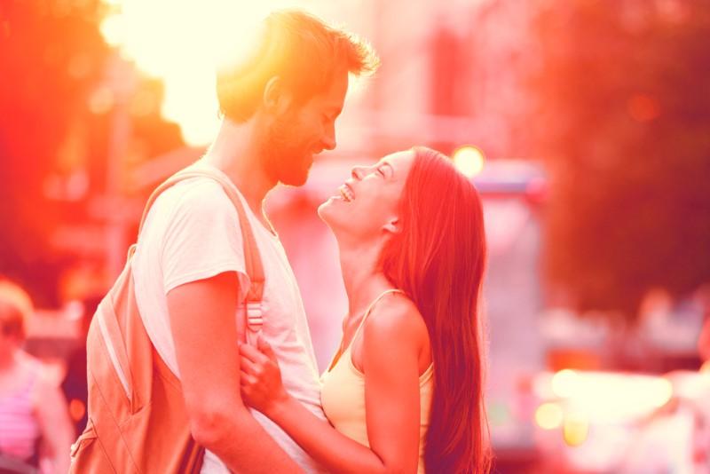 glückliches Paar im Sonnenuntergang