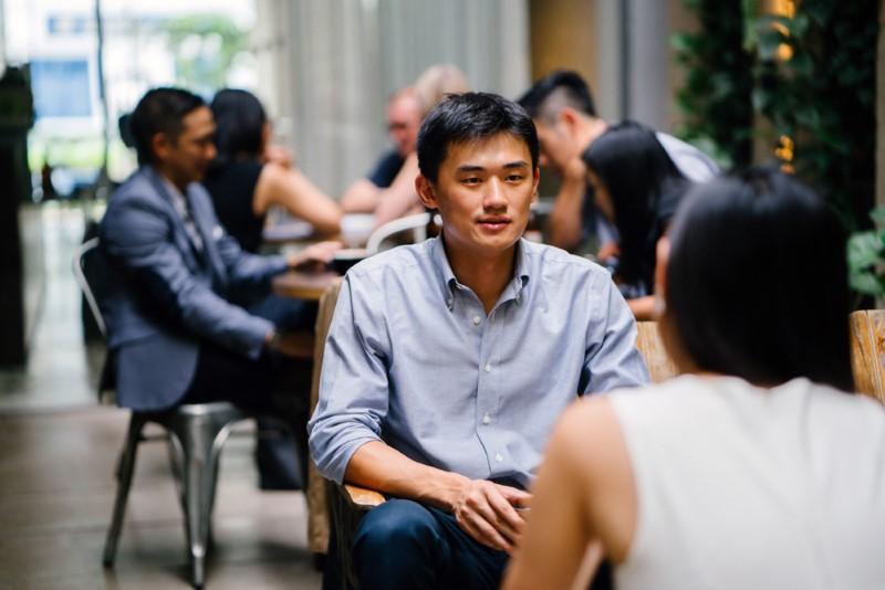 Asiatischer Mann in einem Café mit seinem Bumble-Date