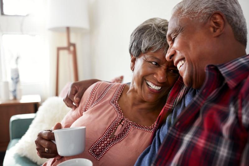 Seniorenpaar, das zu Hause zusammen lacht