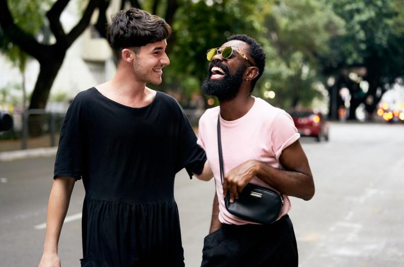 zwei Männer lachen zusammen auf der Straße