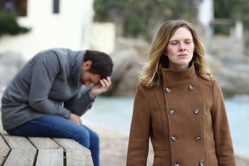 traurige Frau lässt Mann zurück