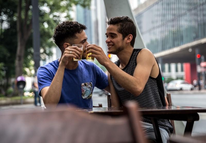 schwule Männer stoßen miteinander an