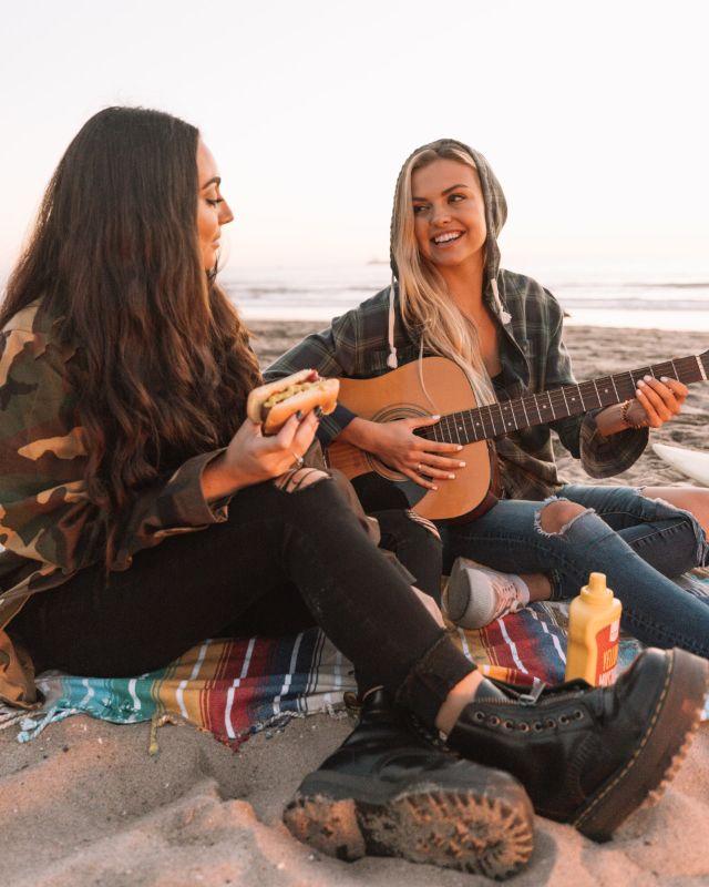 zwei Mädchen die am Strand chillen