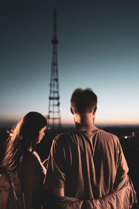 Mädchen und Mann im Sonnenuntergang