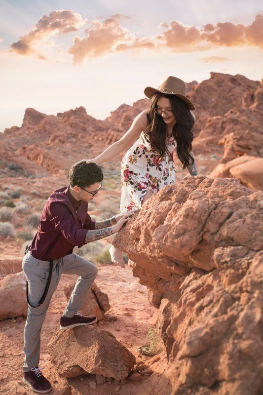 Frau und Mann klettern gemeinsam auf Felsen