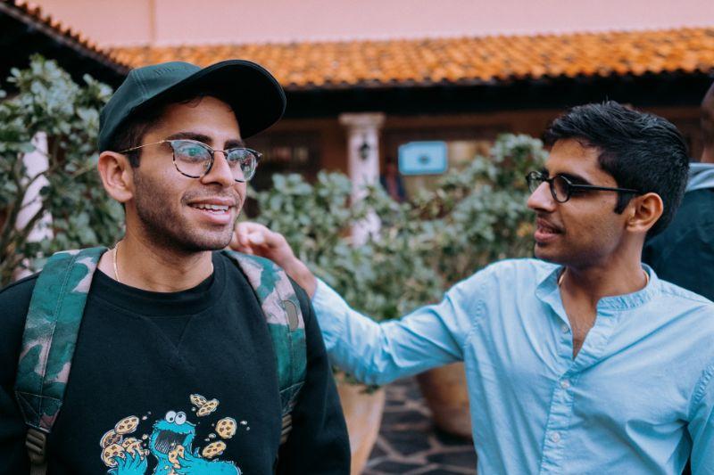 zwei männliche Freunde mit Brille