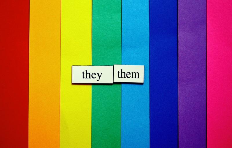 sie/ihr-Etiketten in einer Schriftart in Regenbogenfarben