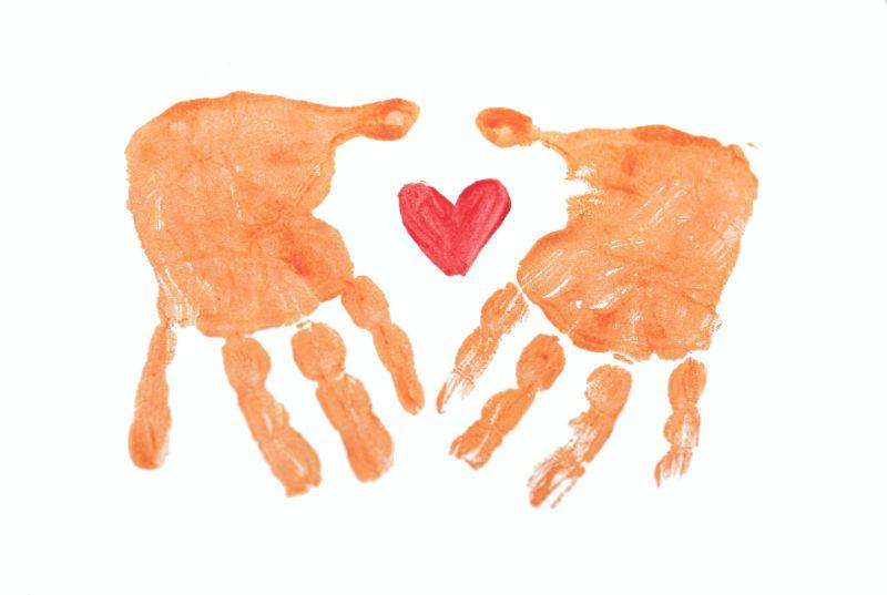 Fingerbemalung von Händen mit einem Herz