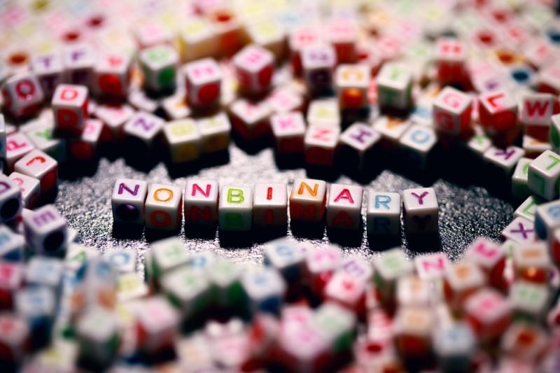 """Buchstabenwürfel mit der Aufschrift """"Non-Binär"""""""
