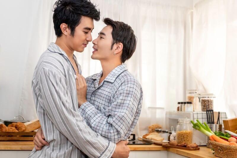 Asiatisches männliches Paar im Pyjama